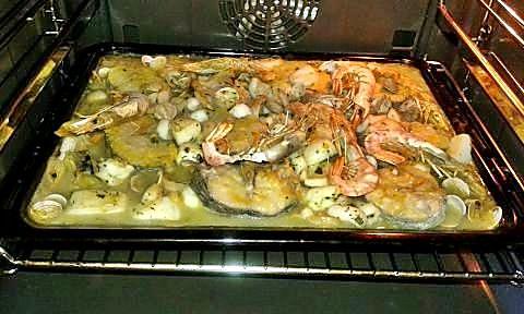 Zarzuela de merluza y marisco en el horno