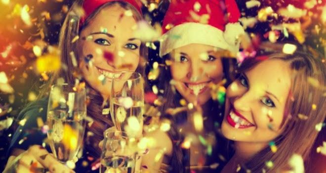 Mujeres brindando en Navidad