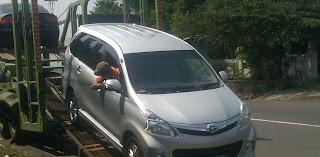 Proses Mobil Avanza  naik ke truk car carrier di Solo