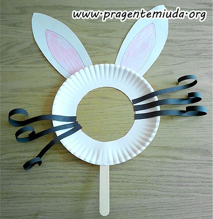 Máscara de coelho com prato de papel e palito de picolé