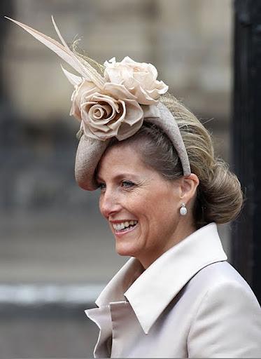 София, контеса на Уисекс с шапка с цветя и пера на сватбата на Уилям и Кейт