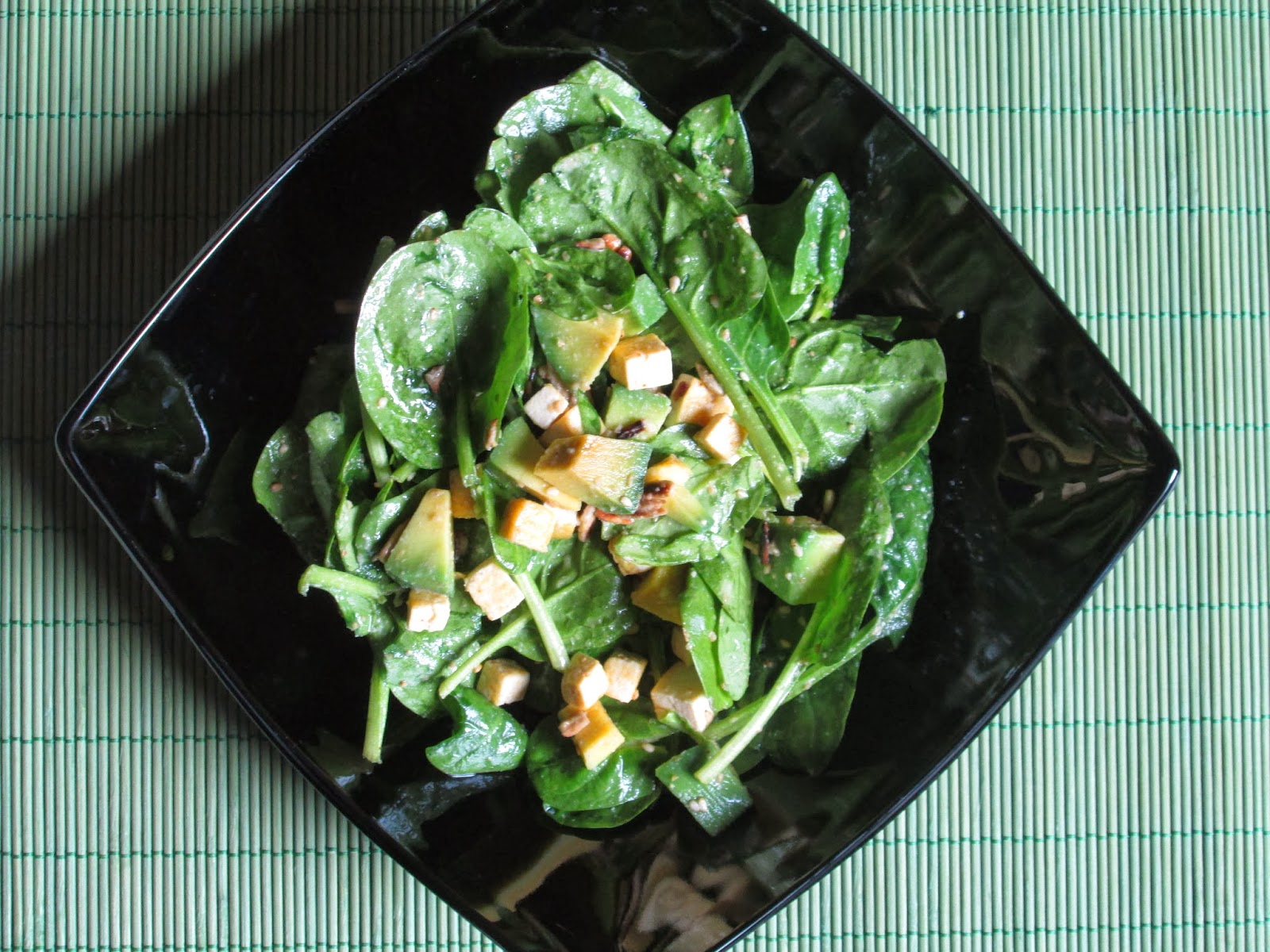 aglio, avocado, gomasio, insalata, lievito alimentare in scaglie, limoni, paprika, Piatti unici, ricette vegan, semi girasole, spiancina, spinaci, tofu,