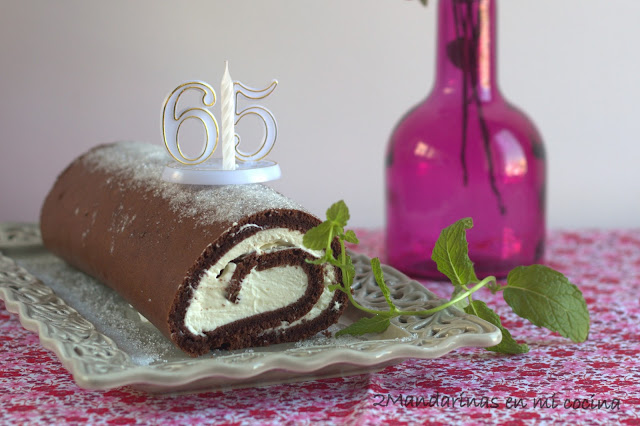 Brazo gitano de chocolate con nata y feliz 65 cumpleaños papá