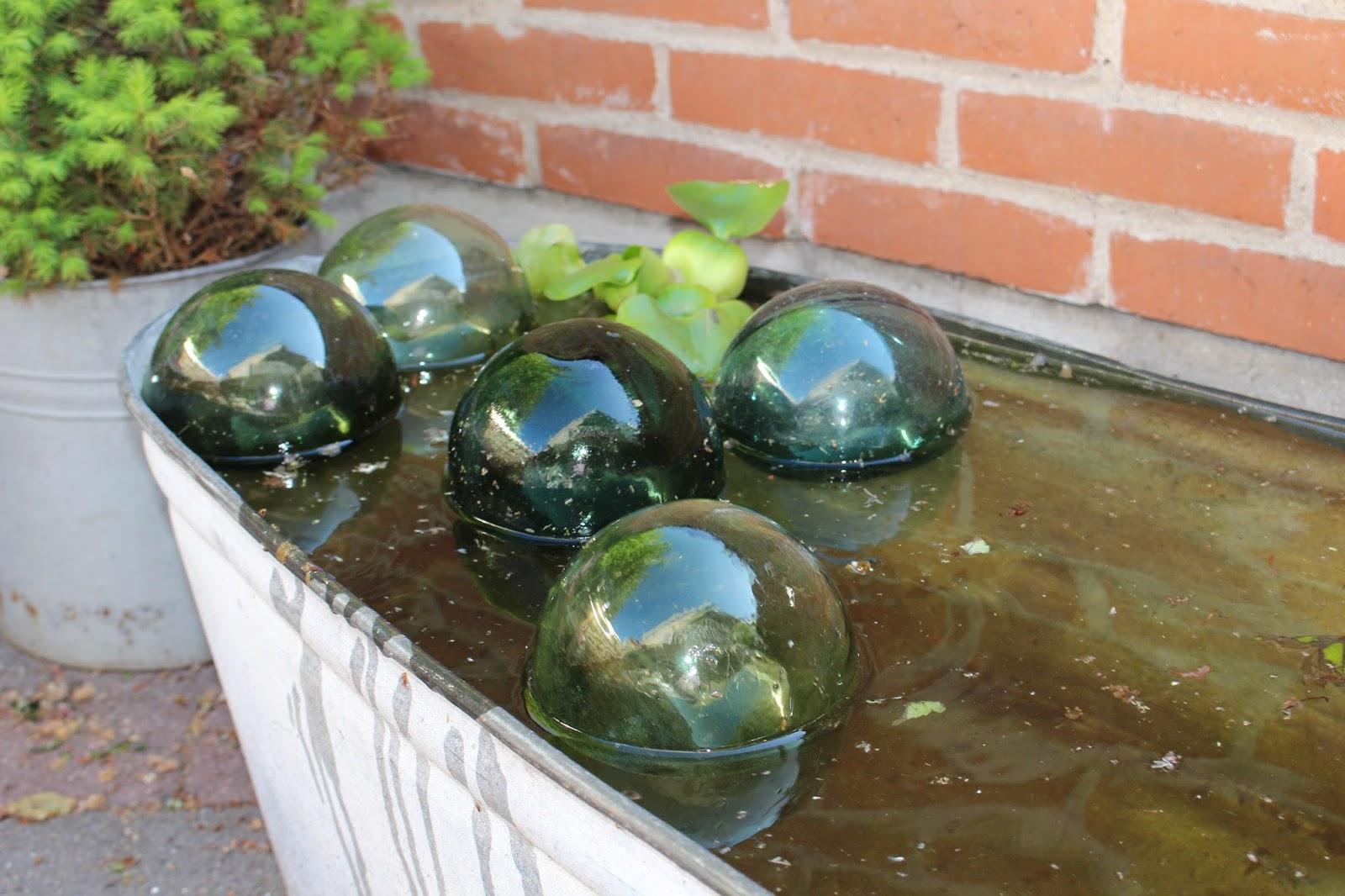 Fru Pedersens have: Zink, petunie, baljer og badekar.