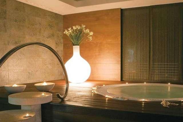 Relaxační zabudovaná vířivá vana wellness.