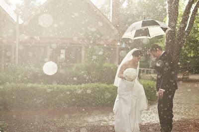 Свадебное фото: дождь, не мешай им быть счастливыми вместе