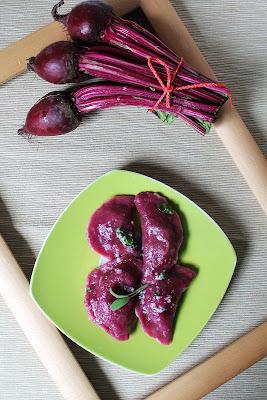 Ravioli z burakami z nadzieniem z tofu i botwinki (Ravioli con le rape rosse)