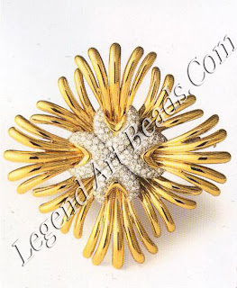 A ray brooch of gold and diamonds, 1940s