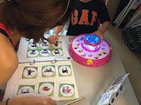 媽媽用視覺式的方式來提示孩子必需完成的任務,以及在完成後可以進行的喜愛活動