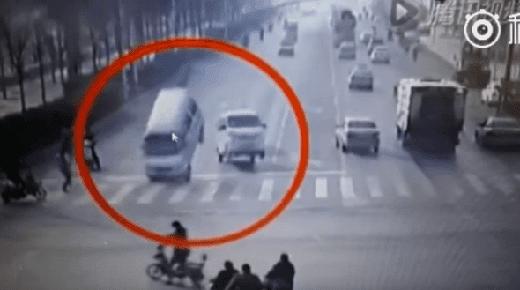Video muestra a vehículos siendo volcados por una supuesta
