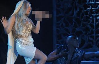 113991 0935 Lady Gaga: Εμφανίστηκε κρατώντας μικρόφωνο σε σχήμα… αντρικού μορίου!(photos)