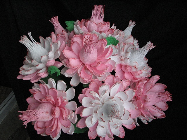 Хризантемы из бумаги с конфетами своими руками