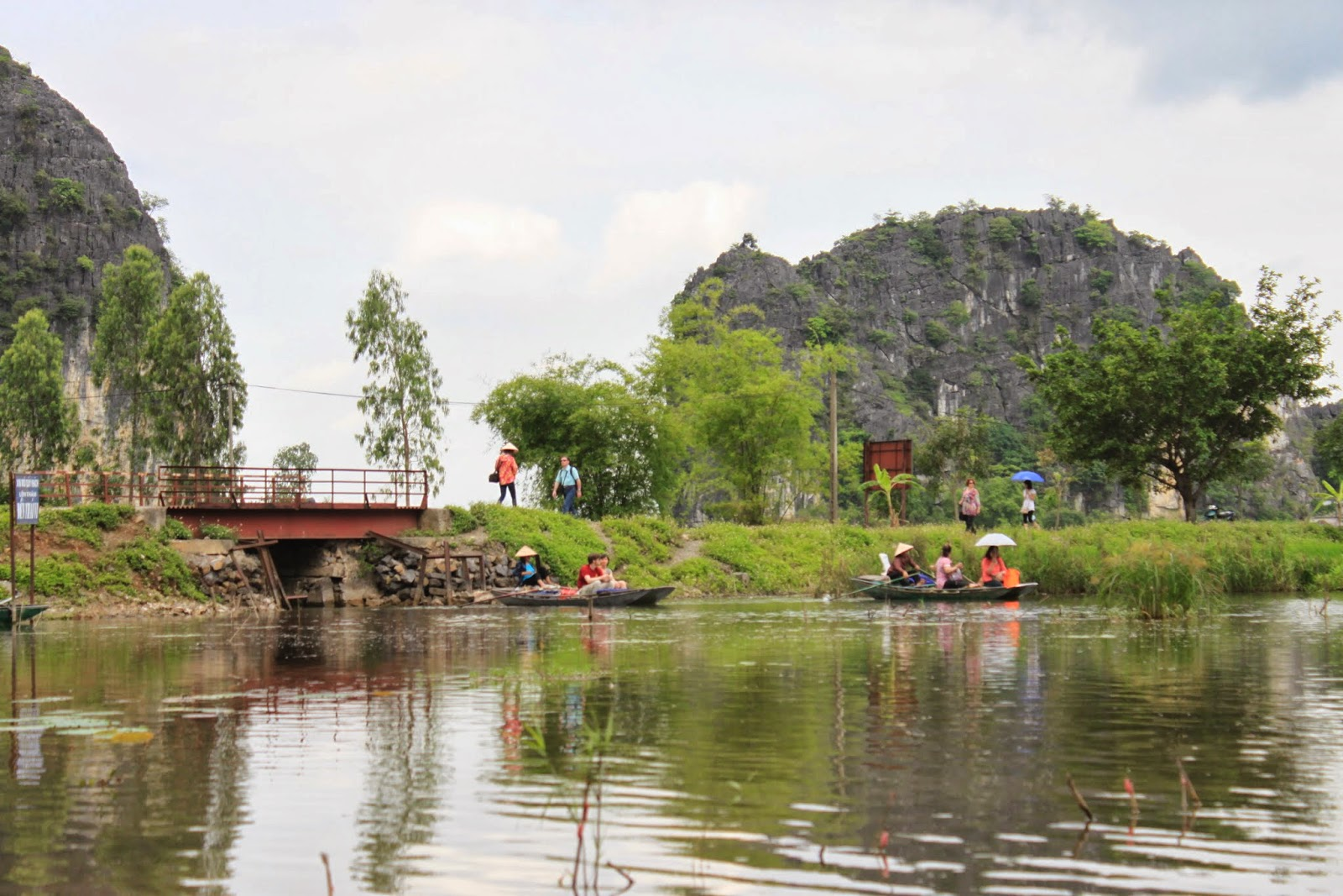 It's an enjoyable moments of simple and laid back lifestyle at Tam Coc near Ninh Binh provinece in the northern of Vietnam