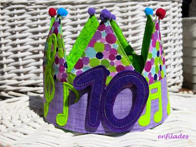 Corona d'aniversari musical feta a mà Enfilades.cat