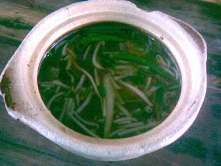 sup herba pantai dalam panas berasap, sup herba yang wangi, sup herba sedap dan berasap