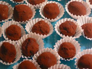les truffes sur une assiette bleue