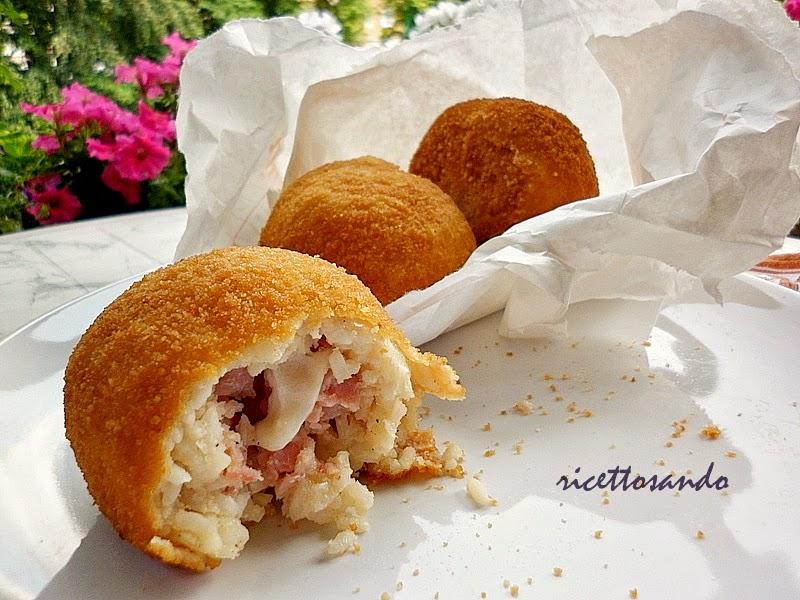 Arancini di riso ricetta tipica siciliana re dello streedfood , cibo da strada