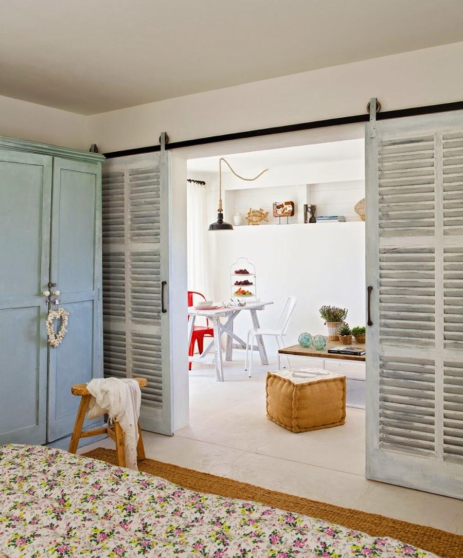 wystrój wnętrz, home decor, wnętrza, aranżacje, białe wnętrza, domek wakacyjny, styl skandynawski, sypialnia, stara szafa, błękit