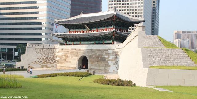 Puerta Namdaemun del centro de Seúl en Corea del Sur