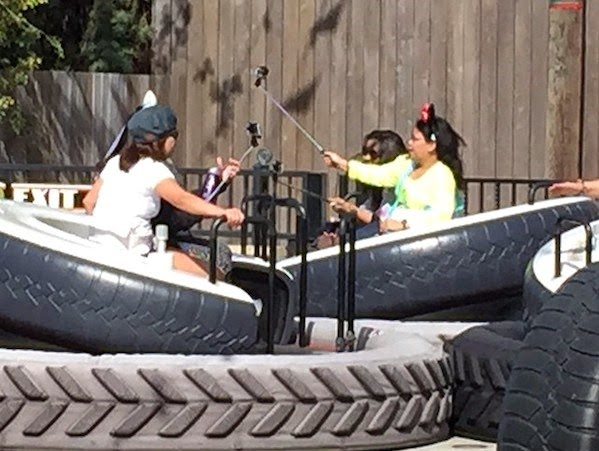 Pau de selfie é proibido nos Parques da Disney em Orlando