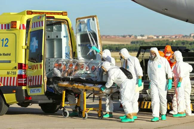 sanitarios transportando enfermo de ébola