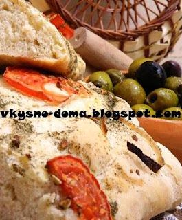 Чиабатта с луком и помидорами.Итальянская кухня.
