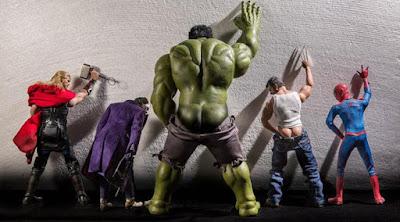 Sejumlah super hero terlihat sedang buang air kecil.(boredpanda.com)