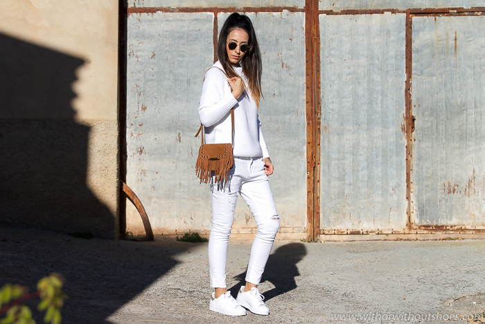 Look Blanco total con Jeans Boyfriend Meltin' Pot y deportivas Adidas Superstar