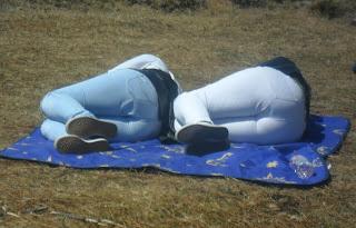 Una pareja descansa horas antes de la llegada del pelotón