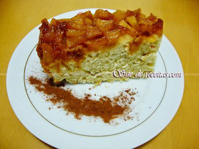 Bolo caramelado de maçã com canela
