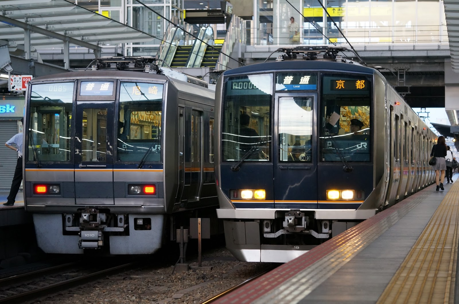 東海道線大阪駅停車中のJR西日本207系と321系