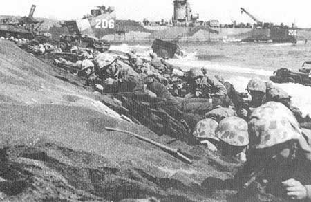 Marinir Amerika di pantai  Iwo Jima pada Hari H
