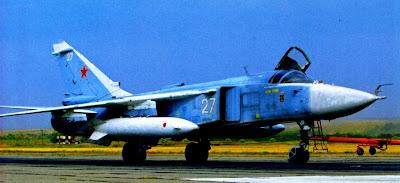 Бомбардировщик Су 24 с двумя подвесными топливными баками