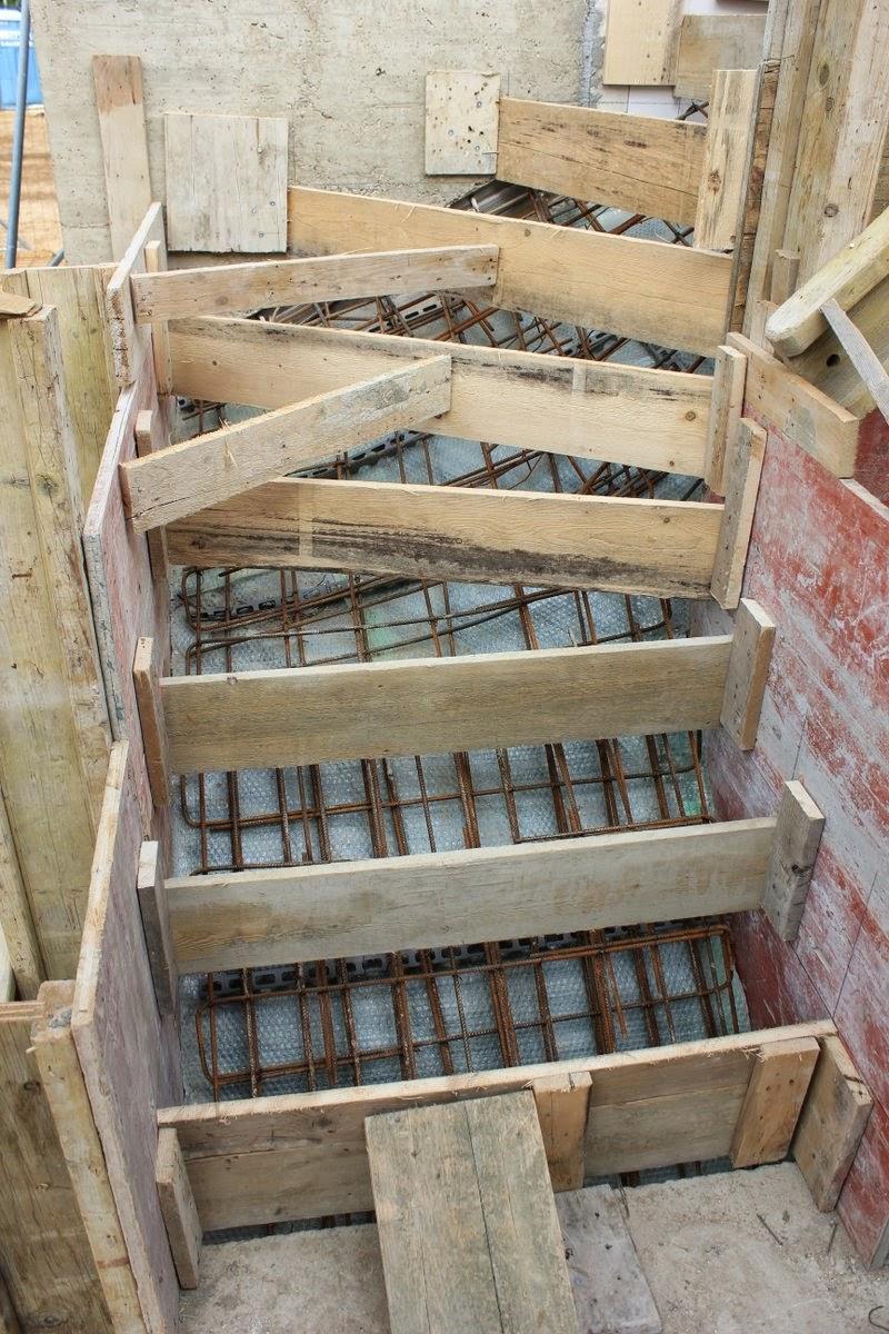 die decke ist fertig zum betonieren die treppe ist geschalt unser haus. Black Bedroom Furniture Sets. Home Design Ideas