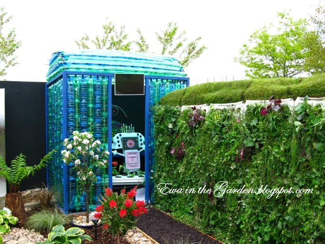 How to build a plastic bottle greenhouse plastic bottles for How do i make a wall with colored bottles