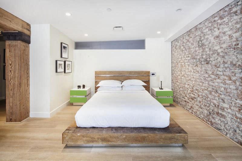 Tempat tidur berlantai kayu