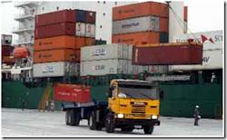 un carguero en Arica carga los contenedores que llegan desde Bolivia