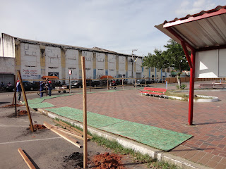 """""""Praça das Cacimbas"""" sendo cercada."""