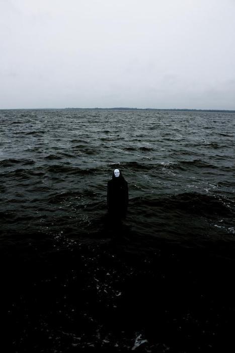 figura con una calavera en medio del mar