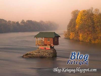 Rumah di tengah sungai yang sungguh menarik