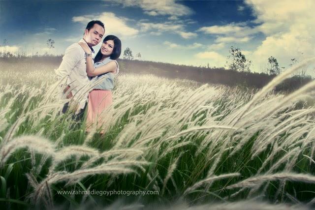 foto prewedding konsep padang rumput