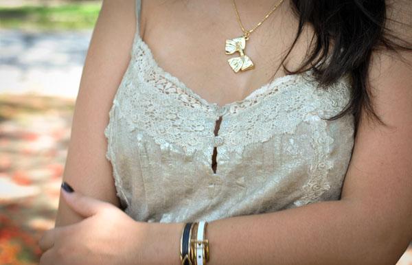look do dia casual - blusa encerada dourada de renda - colar de laço