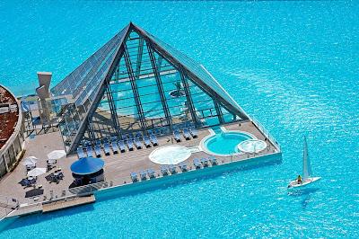 Piscina coberta em forma de pirâmide.