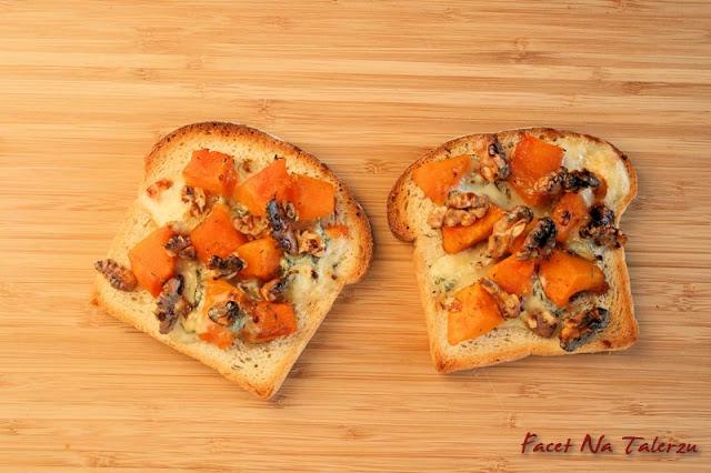 Tost zapiekany z dynią, miodem i gorgonzolą