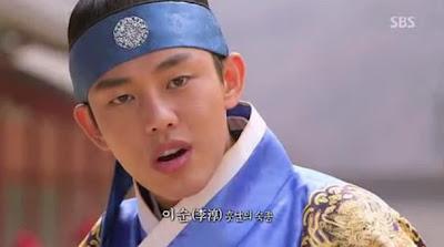 PM Yi Sun berlatih pedang dengan pengawalnya. Yi Sun ada di atas angin ...