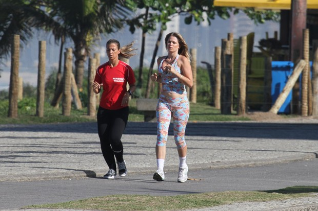 A atriz correu ao lado da amiga e personal trainer Michela