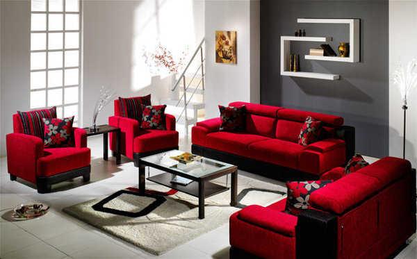 una sala de lineas cuadradas donde resaltan los muebles de color rojo