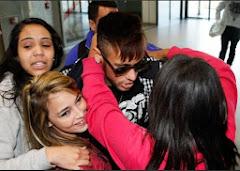 Fãs causam tumulto na despedida de Neymar rumo ao Barça