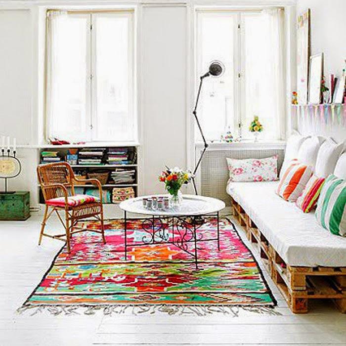 Salon pełen światła i kolorowych dodatków
