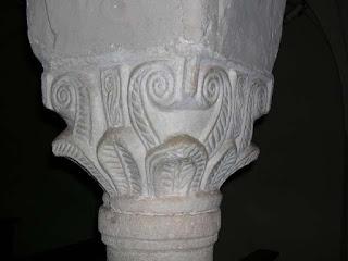 Calato rapprentante la base di un capitello, di forma svasata